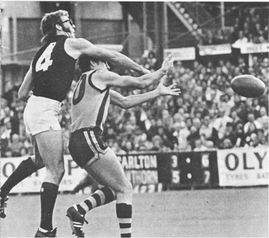 1977 Rd 4 - Tony Southcombe spoils David Polkinghorne.
