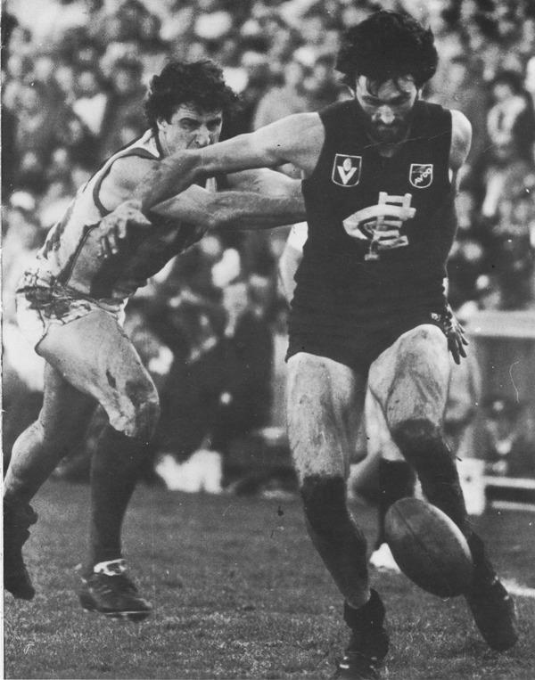 1981 Rd 11 - Greg Sharp gets a kick as Wayne Schimmelbusch applies pressure.