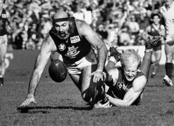 1986 Rd 9 - Bruce Doull leads Simon Beasley to the ball.